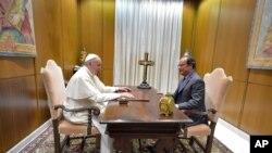 Le pape François, à gauche, et le président français François Hollande se rencontrent au Vatican, le 17 août 2016.