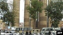 Cảnh sát Trung Quốc canh gác con đường gần khu vực Erduoqiao ở Urumqi, Tân Cương, ngày 1/8/2011