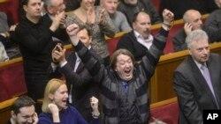 Abashingamateka bo mu gihugu ca Ukraine bariko barigina ingingo yo gutora amategeko mashasha mu nama nshingamateka kw'igenekereoz rya 21 ry'uku kwezi ka kabiri.