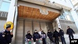 Specijalna policija obezbeđuje ulazak u ambasadu Nemačke u Atini tokom jučerašnjih protesta zbog vladinih mera štednje
