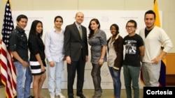 Embajador Adam Namm junto a los seleccionados SUSI 2014. (Foto cortesia Embajada de EE.UU.)