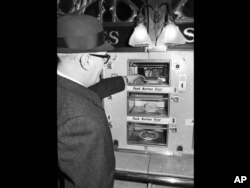 Seorang pelanggan membeli sepotong pizza di sebuah restoran otomat di Philadelphia, Pennsylvania, 1 Desember 1968. (AP)