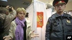 Евгения Чирикова на одном из избирательных участков в Химках. Московская область, 14 октября 2012 года