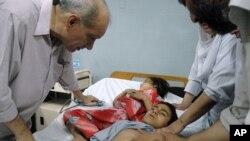 پشاور میں ٹائیفائیڈ کے ٹیکے سے ری ایکشن کے بعد ہسپتال میں بچوں کا علاج کیا جا رہا ہے۔ فائل فوٹو