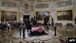 تابوت پرزیدنت فقید بوش برای سه روز در تالار کنگره آمریکا قرار گرفت و صدها مقام و چهره سرشناس و هزاران نفر از مردم با حضور در آنجا به او ادای احترام کردند.