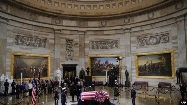 El presidente de los Estados Unidos, Donald Trump, y la primera dama, Melania Trump, presentaron sus respetos al ex presidente de Estados Unidos, George H. W. Bush, en el Capitolio.