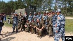 资料照:2015年在梁赞州俄罗斯举办的军事比赛活动中,俄罗斯与中国空降兵在一起。