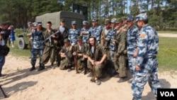 2015年在梁贊州俄羅斯舉辦的軍事比賽活動中,俄羅斯與中國空降兵在一起。(資料圖片)