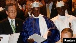 Le secrétaire général des Nations unies Ban Ki-moon, à gauche, le président sénégalais Abdoulaye Wade, au centre, et le président gambien Yahya Jammeh, à droite, à Dakar, Sénégal, 13 mars 2008.
