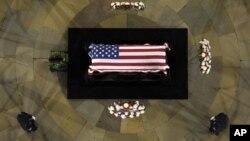 Linh cửu của Thượng nghị sĩ Daniel Inouye đặt tại trụ sở Quốc hội trong thủ đô Washington, 20/12/12