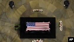 Upacara penghormatan terakhir kepada Senator Inouye di Capitol Rotunda, Washington (20/12). (AP)