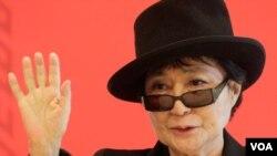 Yoko Ono dalam konferensi Pers di Vienna, seusai menerima penghargaan Oskar Kokoschka senilai 26.650 dolar dari pemerintah Austria (2/3).