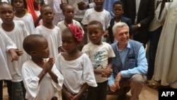 Le Haut Commissariat des Nations Unies pour les réfugiés, Filippo Grandi, pose avec un groupe d'enfants réfugiés à Agadez le 21 juin 2018.