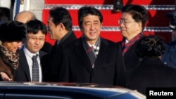 PM Jepang Shinzo Abe (tengah) saat tiba di pangkalan AU Andrews dekat Washington (21/2).