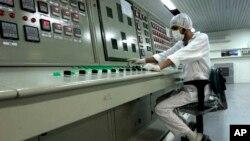 지난 2007년 이란 이스파한 외곽의 핵전환시설에서 시설 관계자가 일하고 있다. (자료사진)
