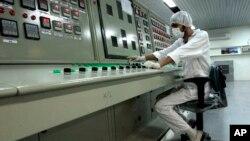 Seorang teknisi bekerja di fasilitas pengayaan uranium Iran di Isfahan (foto: dok).