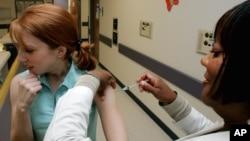 Warga AS di Atlanta, Georgia memperoleh vaksinasi flu (foto: ilustrasi). Para dokter mengatakan vaksinasi flu tahun ini lebih penting daripada sebelumnya.