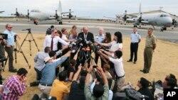El ministro de Defensa australiano, David Johnston, habla con los periodistas en Perth, luego de suspender la búsqueda del avión malasio debido al mal tiempo.
