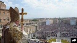 교황 베네딕토 16세 가 바티칸의 성 베드로 광장에서 열린 부활절 미사에서 신자들에게 메시지를 전하고 있다.