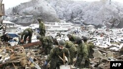 Солдати шукають жертв цунамі