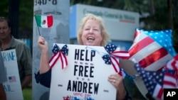 Jill Tahmooressi protesta ante el consulado de México en Miami, pidiendo la liberación de su hijo arrestado en ese país.