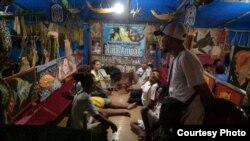"Warga Raja Ampat, Papua, ikut meramaikan ""Festival Noken"" dengan menampilkan kerajinan tradisional Raja Ampat."