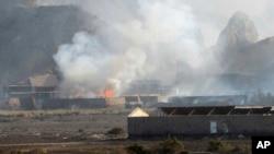 Humo saliendo de edificios en un campo militar en Adén, Yemen, tras una explosión en un arsenal.