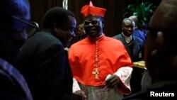 Le cardinal Laurent Monsengwo de la République démocratique du Congo reçoit des invités dans la salle Paul VI au Vatican, le 20 novembre 2010. REUTERS/Tony Gentile