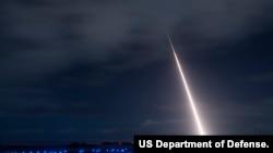美军2018年10月26日举行的一次导弹拦截试验(美国国防部照片)