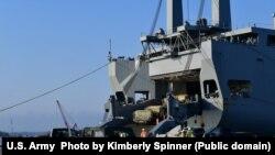 Завантаження бойових машин на судно США Bob Hope для доатсвки на підтримку навчань в Європі Defender Europe, Флорида, США, 25 березня 2021 року