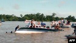 1일 인도네시아 깔리만탄섬 인근에서 유람선이 전복한 가운데 구조대가 출동했다.