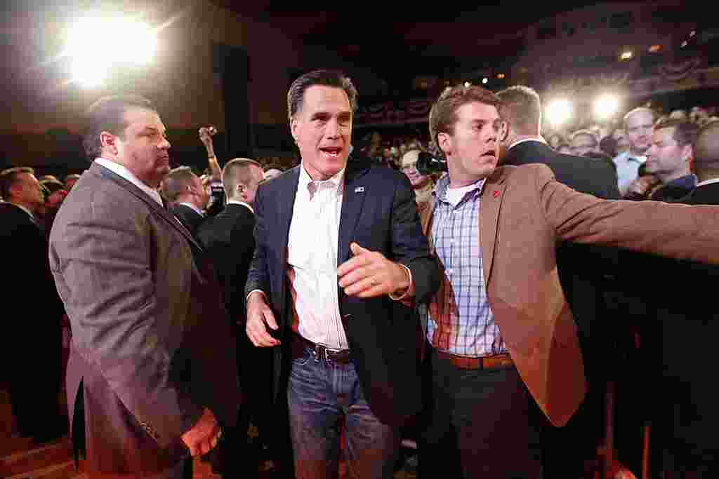Mitt Romney meninggalkan podum untuk menyapa para pendukungnya saat berkampanye di Royal Oak Theater di Royal Oak, Michigan, Senin, 27 Februari (AP)