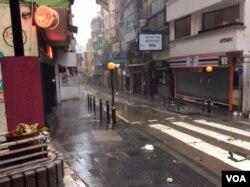 平时熙熙攘攘的香港中环商业街空空荡荡 (美国之音记者申华 拍摄)