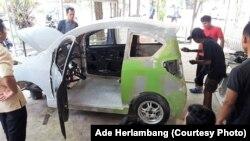 Proses produksi purwarupa mobil listrik Garuda UNY. (Foto: Ade Herlambang)