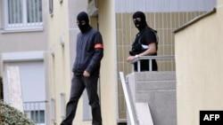 法国警察离开那所公寓大楼,调查人员在该公寓的车库进行了反恐搜查