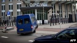 Inspectores de la ONU arriban a la sede de la Organización para la Prohibición de Armas Químicas en La Haya.