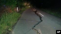 Большие трещины покрыли шоссе в результате землетрясения. Новая Зеландия. 14 ноября 2016 г.