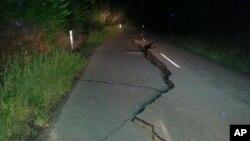 Một con đường cách Christchurch 2 giờ lái xe bị nứt sau trận động đất sáng 14/11.