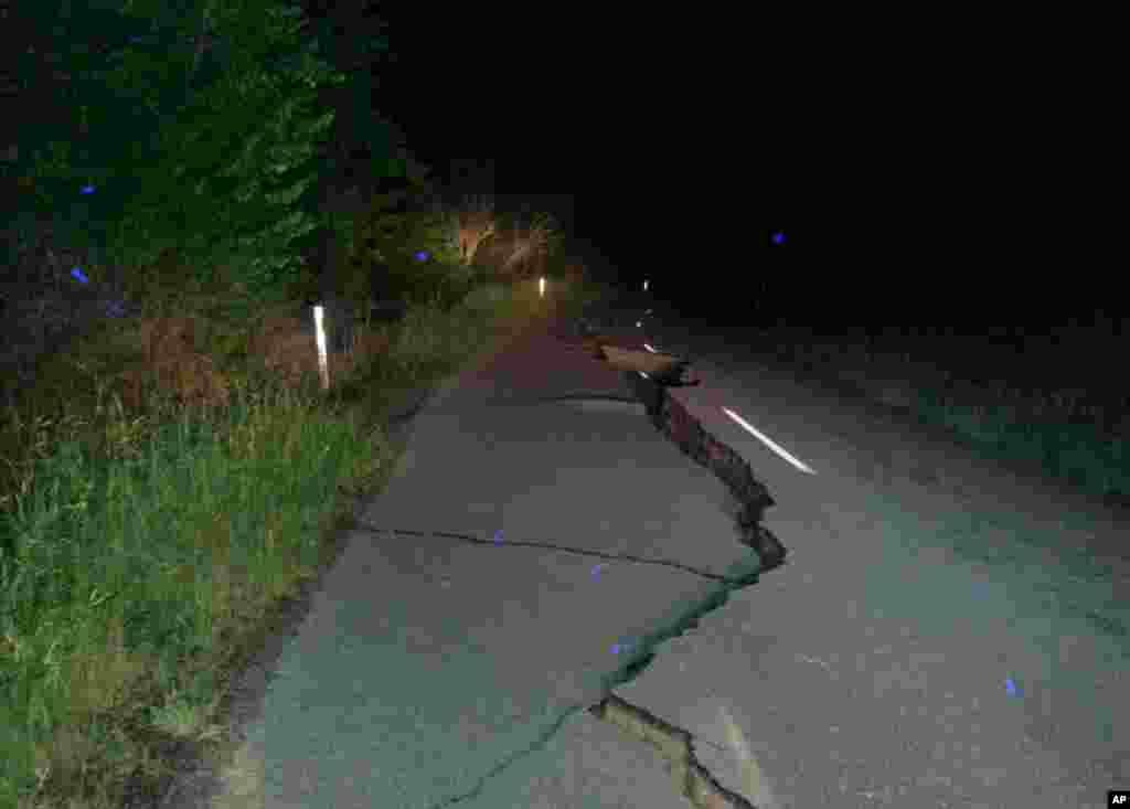 زلزلہ اتنا شدید تھا کہ سڑک میں شکاف پڑ گئے۔