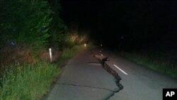 14일 지진이 발생한 뉴질랜드 남선 크라이스트처치 북부의 한 도로에 지진으로 도로에 균열이 나 있다.