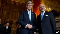 Kerry (izq.), y Lavrov, máximos representantes de la diplomacia de EE.UU. y Rusia, respectivamente, aseguraron que buscan una salida pacífica a la criris entre Moscú y Kiev.