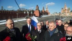 Sekelompok duta besar Uni Eropa di Rusia meletakkan bunga di tempat pemimpin oposisi Rusia Boris Nemtsov ditembak mati. (AP Photo/Pavel Golovkin)