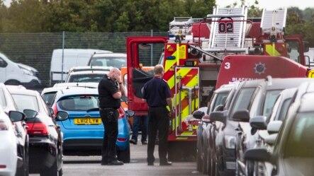 Nhân viên cứu hộ đến hiện trường vụ tai nạn máy bay tại 1 bãi đậu xe cạnh sân bay Blackbushe, ở Hampshire, 1/8/2015.