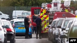 在載有本拉登家人的小型飛機墜毀現場展開工作的有關人員