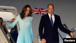 شہزادہ ولیم اور اُن کی اہلیہ کیٹ مڈلٹن طیارے سے باہر آ رہے ہیں۔