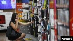 Una mujer hace sus compras en una tienda Walmart en Rogers, Arkansas.