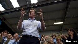 El primer ministro británico, David Cameron, se dirige a activistas en Carlisle, en el norte de Inglaterra.