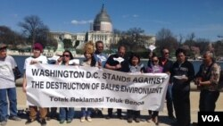 Sekelompok orang Indonesia di AS berdemo menentang reklamasi Benoa di depan Gedung Kongres, Washington, D.C. (11/4). (VOA/Made Yoni)
