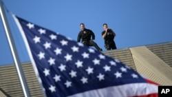 Agentes del Servicio Secreto aguardan la llegada del presidente Barack Obama a un acto oficial en Washington.