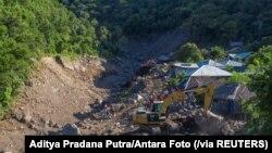 Sebuah ekskavator sedang mencari jenazah di kawasan yang terkena longsor akibat Siklon Tropis Seroja di Lembata, Provinsi Nusa Tenggara Timur, Sabtu, 10 April 2021. (Foto: Aditya Pradana Putra/Antara Foto via Reuters)